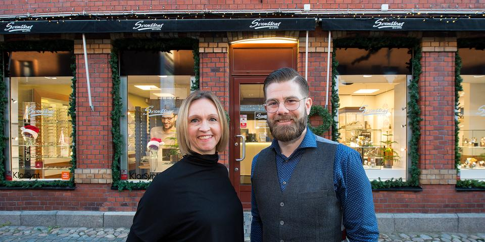 bb17a664ab31 Karolina och Fredrik Svensson är sysslingar och fjärde generationen i  butiken som säljer glasögon och klockor. Affären togs över av familjen  Svensson år ...