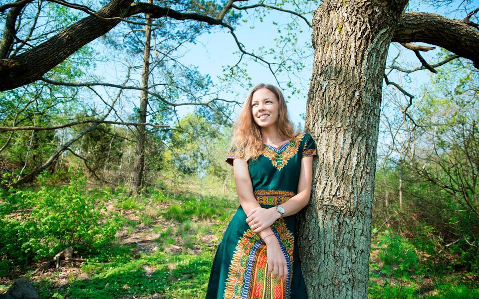 3bec0fb474e5 Klänningen har hon designat själv med hjälp av sin skickliga sömmerska Mama  Fundi. Det blev en datorkille. 1 september gifter sig ...