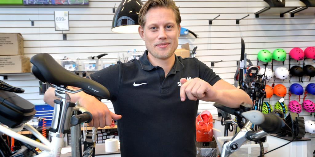 """d1ce9bb278e En dag på jobbet. Jonathan Lindberg som """"civil"""", som cykelförsäljare på  Team Sportia. Bild: Annika Karlbom"""