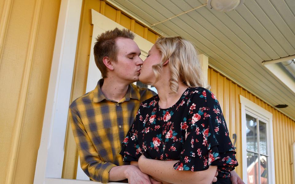 83cc07e3171 Alexander och Amanda är båda bara 25 år, men de har ändå hunnit vara ihop i  12 år. På pingstafton gifter de sig i Stråvalla kyrka. Bild: Lena Berglund