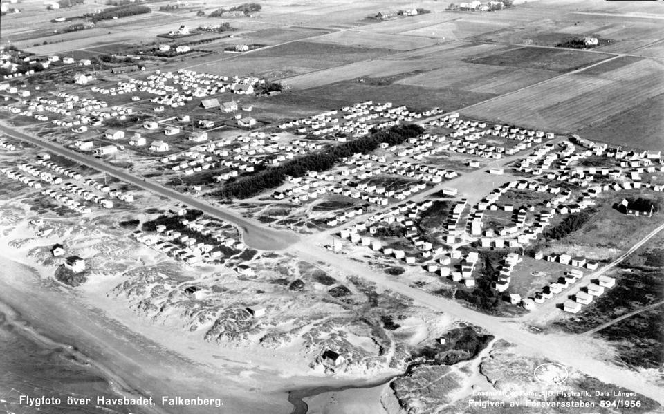 f9f06614bcb Flygfoto från 1956 över Skrea strand, Falkenberg, med badhytter och  sommarstugor. Bild: AB Flygtrafik/Hallands kulturhistoriska museum